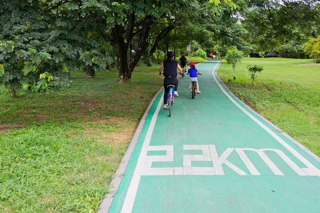 自転車道、朝の運動、公園