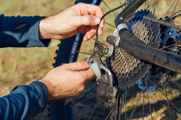 자전거 수리. 푸른 언덕에서 산악 자전거 수리