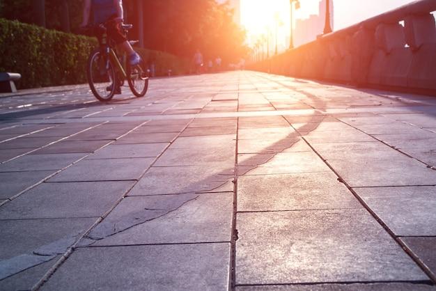 해질녘 자전거를 타고