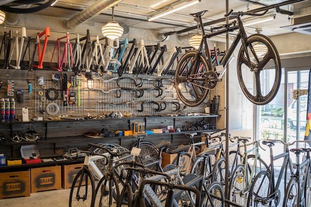 Концепция магазина велосипедов с велосипедами