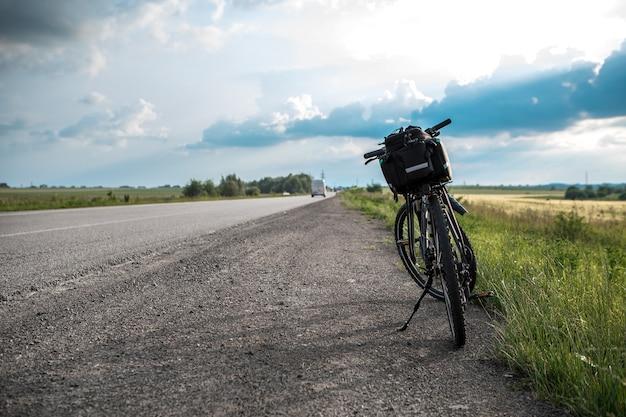 自転車旅行。道路の近くの自転車