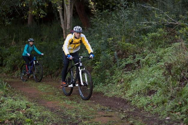 Байкер пара на велосипеде в сельской местности