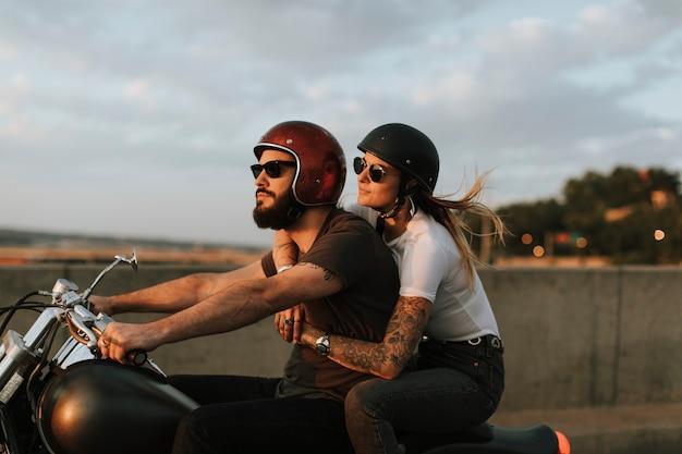 석양에 길을 타고 자전거 타는 커플