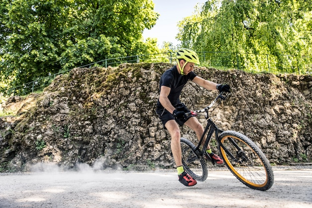 Байкер делает трюки на велосипеде