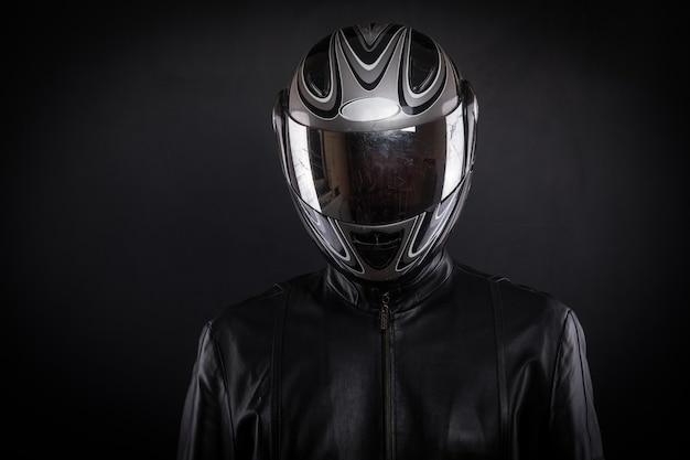 검정색 배경에 헬멧을 쓴 바이커