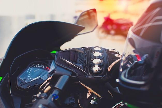 소박한 양동이와 헬멧 장갑에 배치된 바이커 오토바이 액세서리