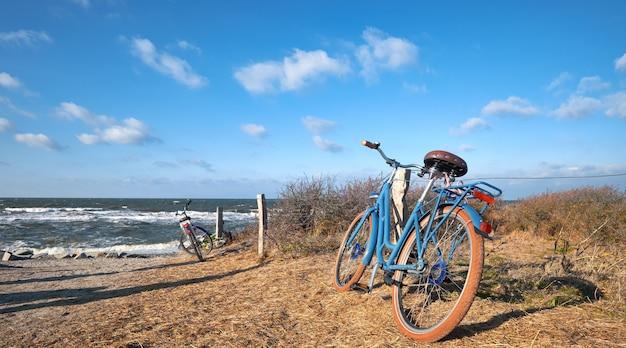 Велосипеды у входа на пляж на острове хиддензе, балтийское море, северная германия, панорама