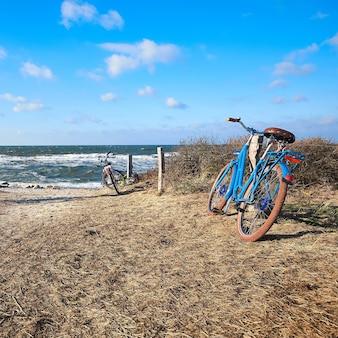 北ドイツ、バルト海、ヒデンゼー島のビーチの入り口にある自転車。