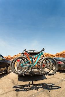 車の後ろに積まれた自転車。アクティブなスポーツのコンセプト。