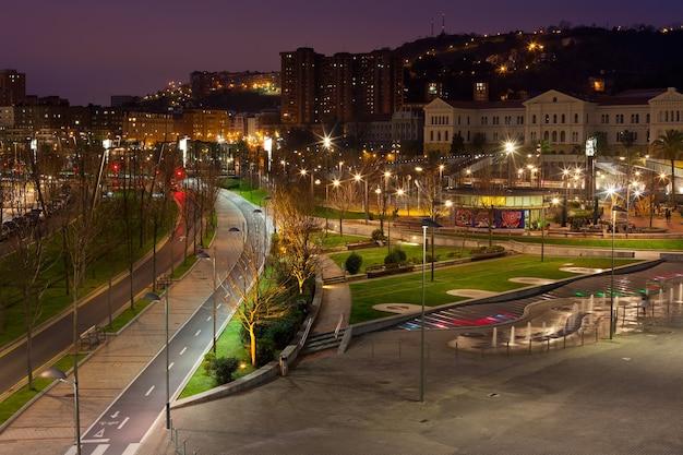 ビルバオ、バスク地方、スペインの夜の街並み。横ショット