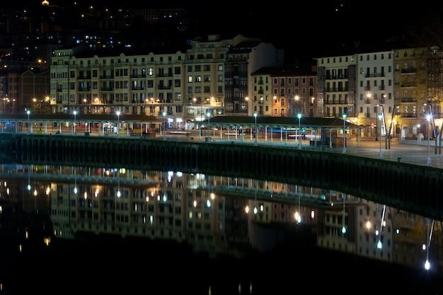 Бильбао, страна басков, испания городской пейзаж ночью