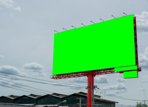 Пустой рекламный щит и голубое небо, скопируйте пространство на зеленом экране