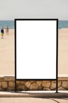 Рекламный щит на пляже голубое небо