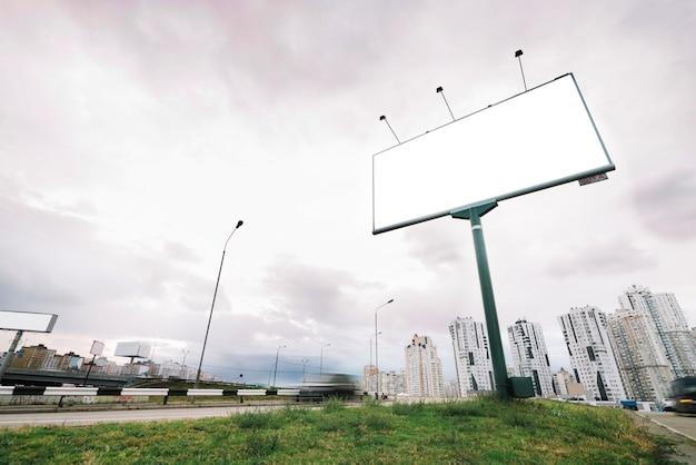 Tabellone per le affissioni sull'entrata della città il giorno nuvoloso