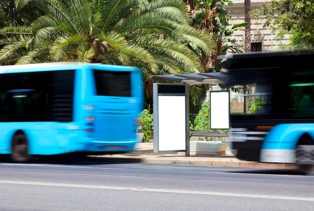 버스가 움직이는 도심의 빌보드