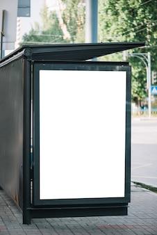 버스 정류장에서 광고 판