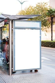 시내 버스 정류장에 광고 판