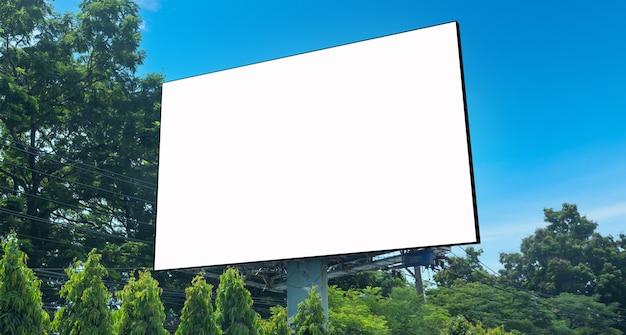 Рекламный щит на пространстве города. макет