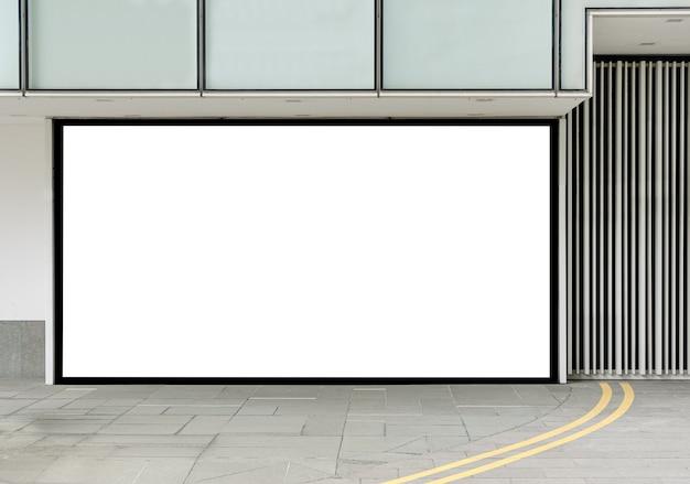 배너 자리 표시자의 보도 모형 근처 건물 외부 빌보드