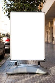 Плакат, стоящий на дороге