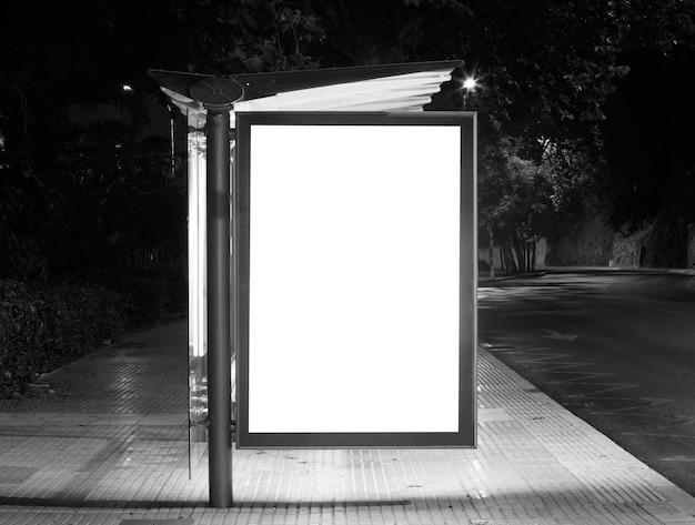 Рекламный щит со светом в центре города черно-белый