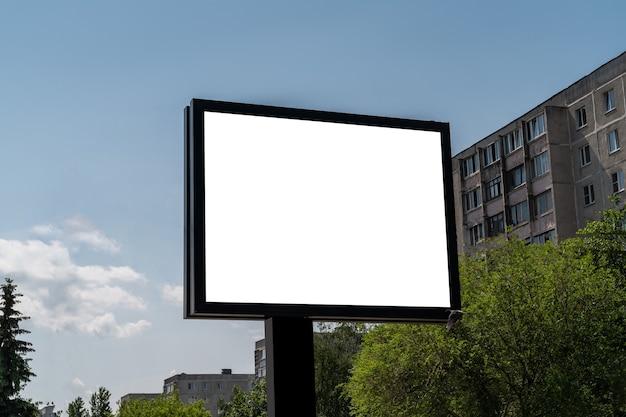 街の通りに広告やポスターのための白い分離スペースのある看板。