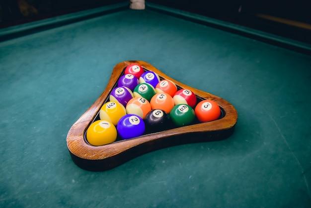 緑のビリヤード台のビリヤードボール