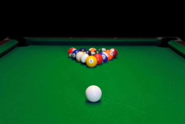 녹색 풀 테이블에 당구 공