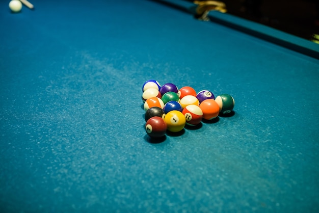 테이블에 당구 공입니다. 레저 및 도박 개념입니다. 줄무늬 다채로운 공의 톤된 이미지