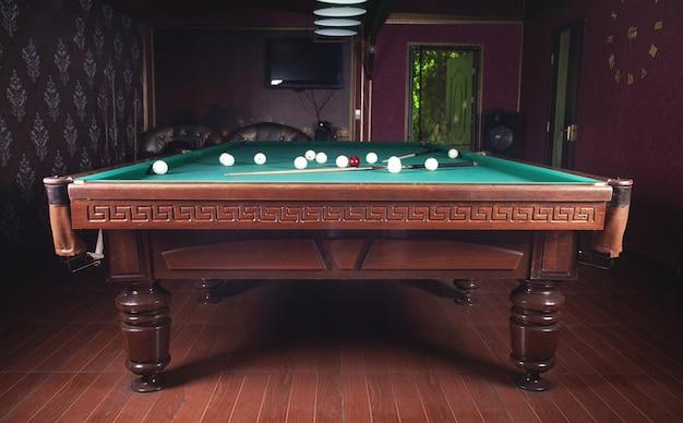 ビリヤードルームのインテリア。ゲームの緑のテーブル