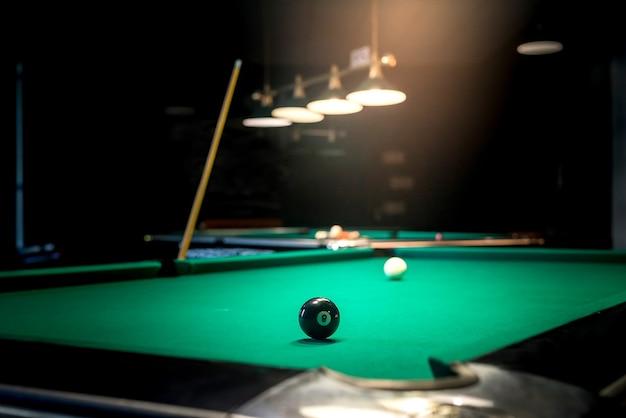 검은 공 번호 8이있는 당구 테이블 프리미엄 사진