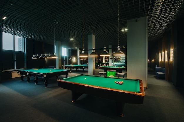 당구 클럽에서 녹색 표면과 공 당구 테이블. 풀 게임.