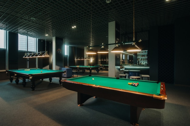 녹색 표면 및 당구 클럽에서 공 당구 테이블.