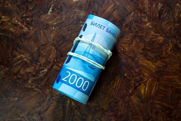 탄성 밴드로 묶인 루블 지폐