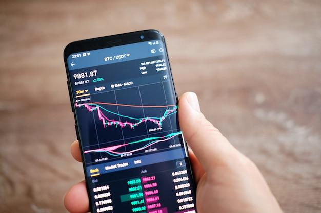 스마트 폰에서 실행되는 바이 낸스 모바일 앱. 바이 낸스는 금융 거래 시장입니다.