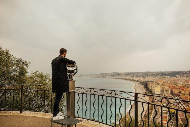 フランス、ニース市の観測点に双眼鏡。