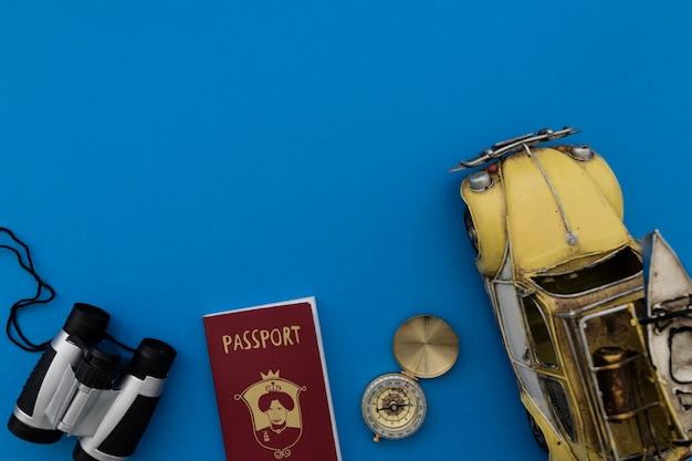 Binocoli, passaporto, bussola e giocattolo