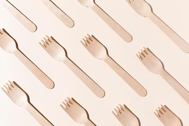 Vista dall'alto di forchette in cartone bio