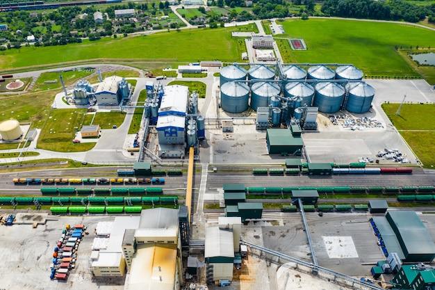 バイオガスステーション。現代のバイオ燃料工場。バイオ燃料プラントの鳥瞰図。生態学的生産。上からの写真。