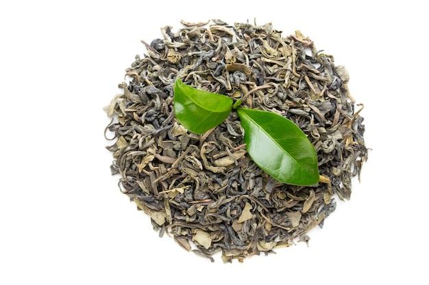 Био лист зеленого чая, изолированные на белом изолированные