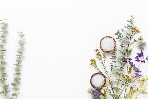 バイオハーブグリーンコスメティックアレンジメント、海塩、手作りコスメティック。