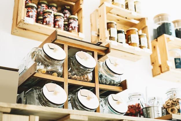 지속 가능한 플라스틱이 없는 식료품점의 유리병에 담긴 바이오 유기농 건조 제품 및 일부 과자 식품