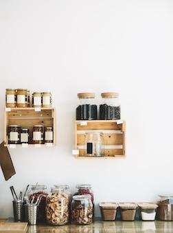 지속 가능한 플라스틱이 없는 식료품점의 유리병에 담긴 바이오 유기농 건조 제품 및 과자