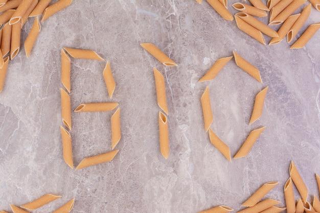 Scritta bio su marmo con penne.