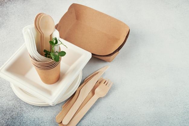 生分解性の使い捨て食器。紙皿、カップ、箱。木製カトラリー。