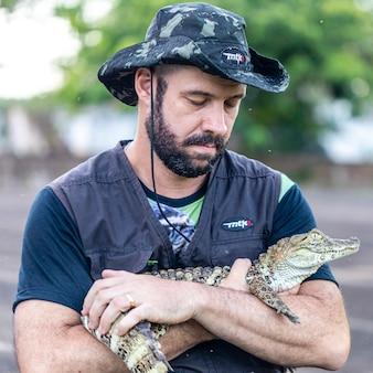 Биолог с аллигатором (caiman latirostris) спасен сломанной лапой