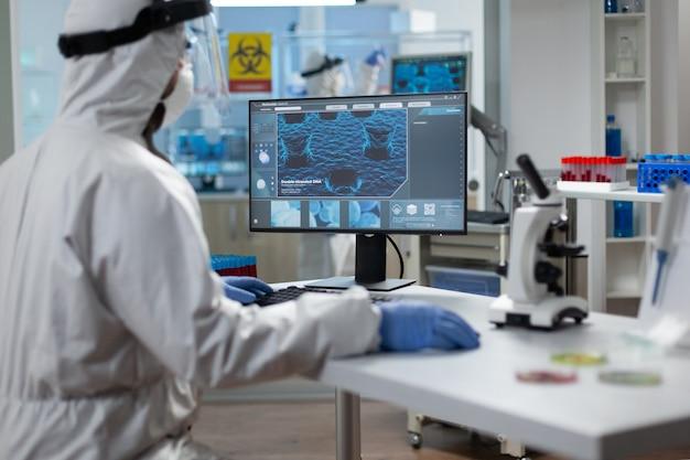 보호 의료 장비를 착용하는 생물 학자 연구원