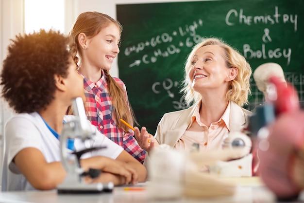생물학 교사. 그녀의 학생들과 수업을하는 동안 웃고 즐거운 기쁘게 여자