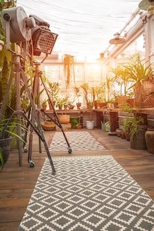 バイオフィリアトレンドスタイル。鉢植えの観葉植物がある中庭の詳細。