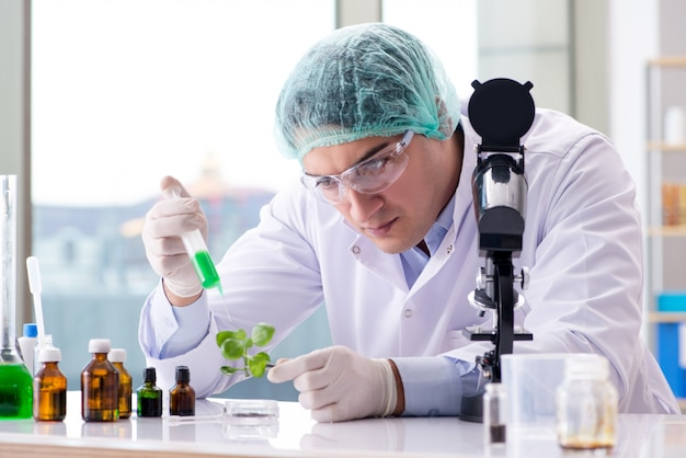Биотехнология с ученым в лаборатории